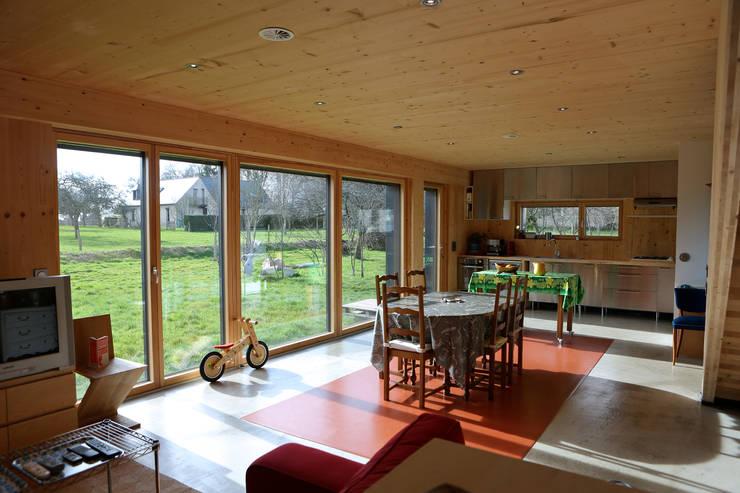 Maison Passive F. (intérieur): Salle à manger de style  par GF ARCHITECTURE