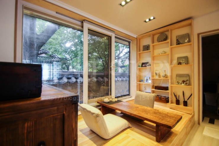 [경주 증축 전원주택 인테리어] 한옥과 증축된 ALC주택이 한 공간 안에서 조화롭게 공존하는 주거공간: (주)홈스토리의  서재 & 사무실