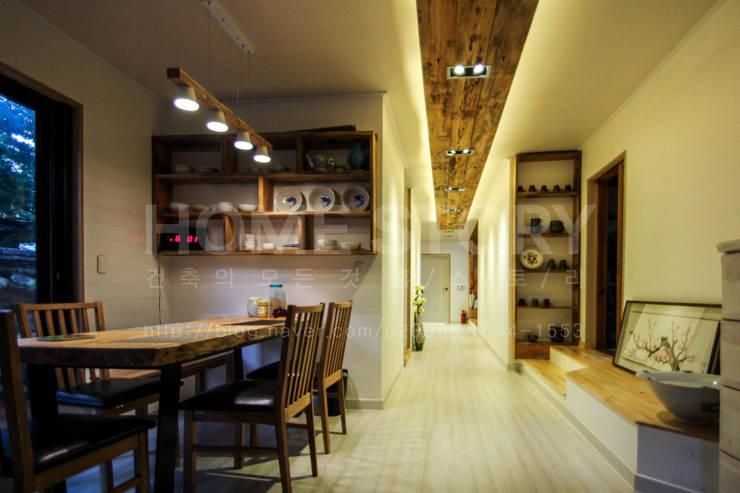 [경주 증축 전원주택 인테리어] 한옥과 증축된 ALC주택이 한 공간 안에서 조화롭게 공존하는 주거공간: (주)홈스토리의  주방