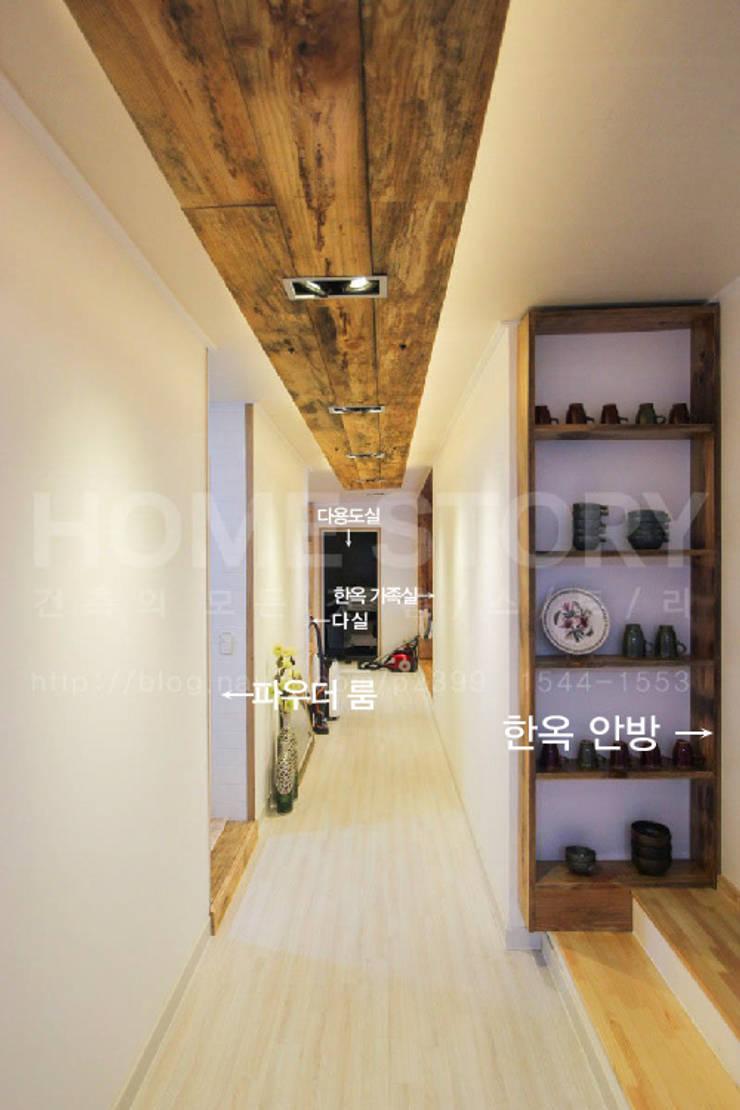 [경주 증축 전원주택 인테리어] 한옥과 증축된 ALC주택이 한 공간 안에서 조화롭게 공존하는 주거공간: (주)홈스토리의  복도 & 현관