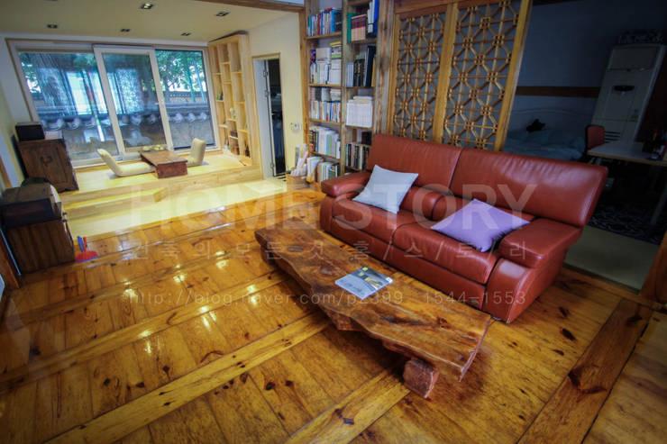 [경주 증축 전원주택 인테리어] 한옥과 증축된 ALC주택이 한 공간 안에서 조화롭게 공존하는 주거공간: (주)홈스토리의  거실