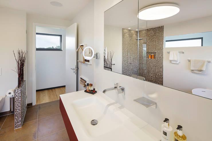Baños de estilo moderno de Lopez-Fotodesign