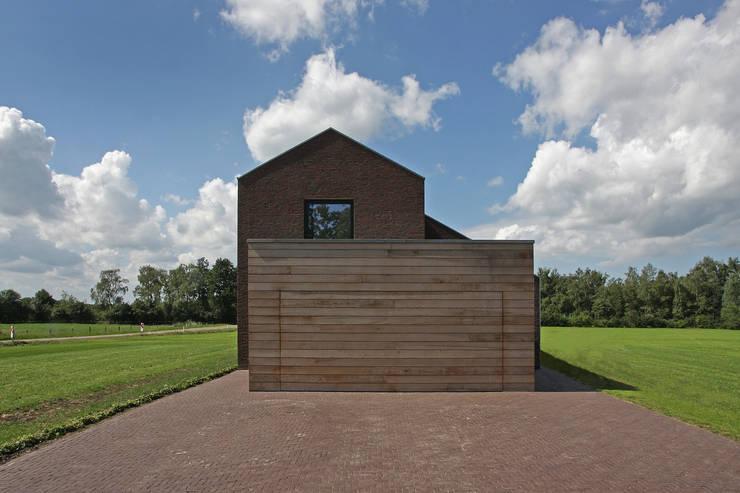 Houten garagedeur:  Garage/schuur door BenW architecten