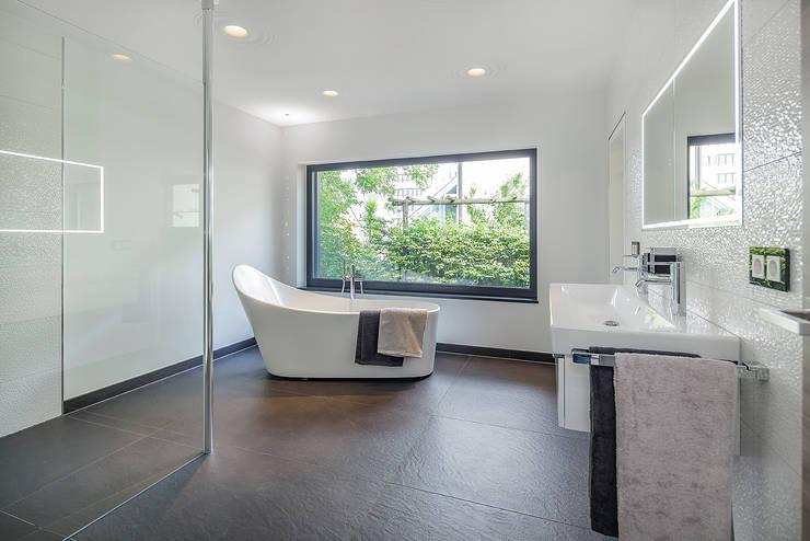 Banheiros modernos por Lopez-Fotodesign