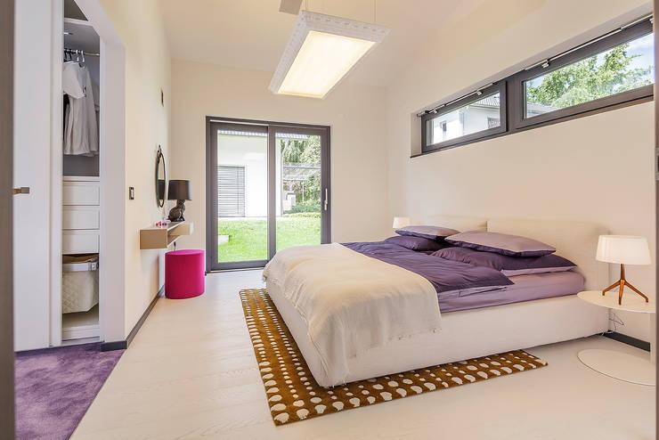 LUXHAUS Musterhaus Stuttgart:  Schlafzimmer von Lopez-Fotodesign