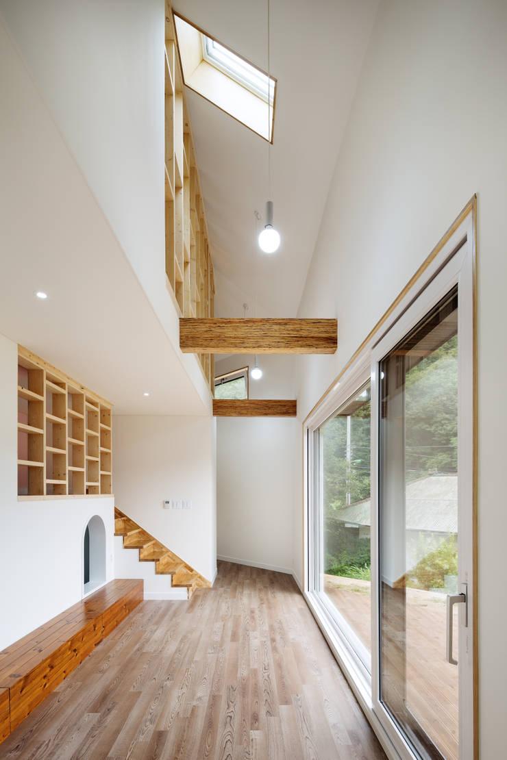 양평 오솔집: B.U.S Architecture의  베란다,모던