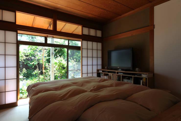 House K: kosuke sakai & associatesが手掛けた寝室です。,和風 木 木目調