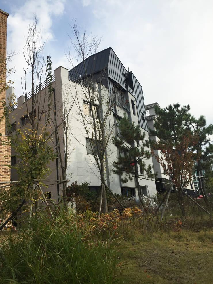 건물전경: 라움플랜 건축사사무소의  주택