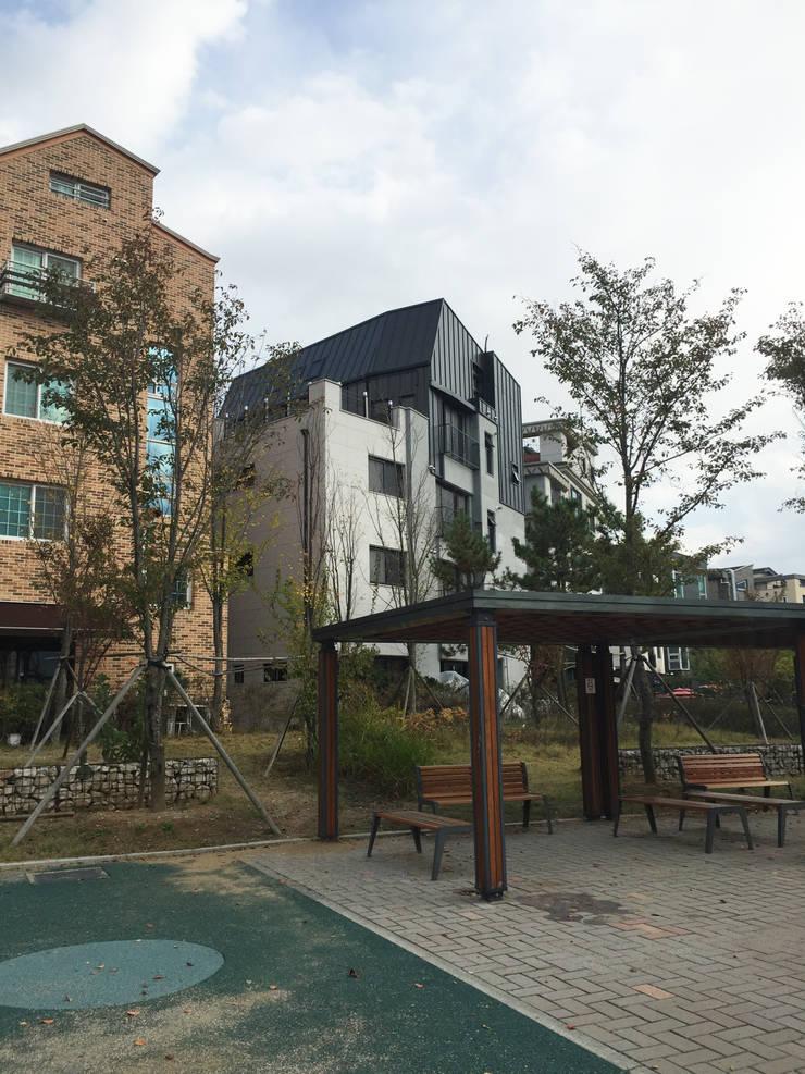 건물전경 2: 라움플랜 건축사사무소의  주택