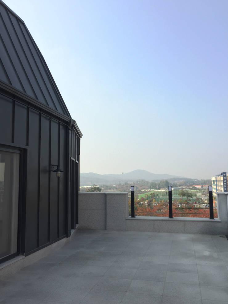4층 테라스 부분 컷1: 라움플랜 건축사사무소의  베란다