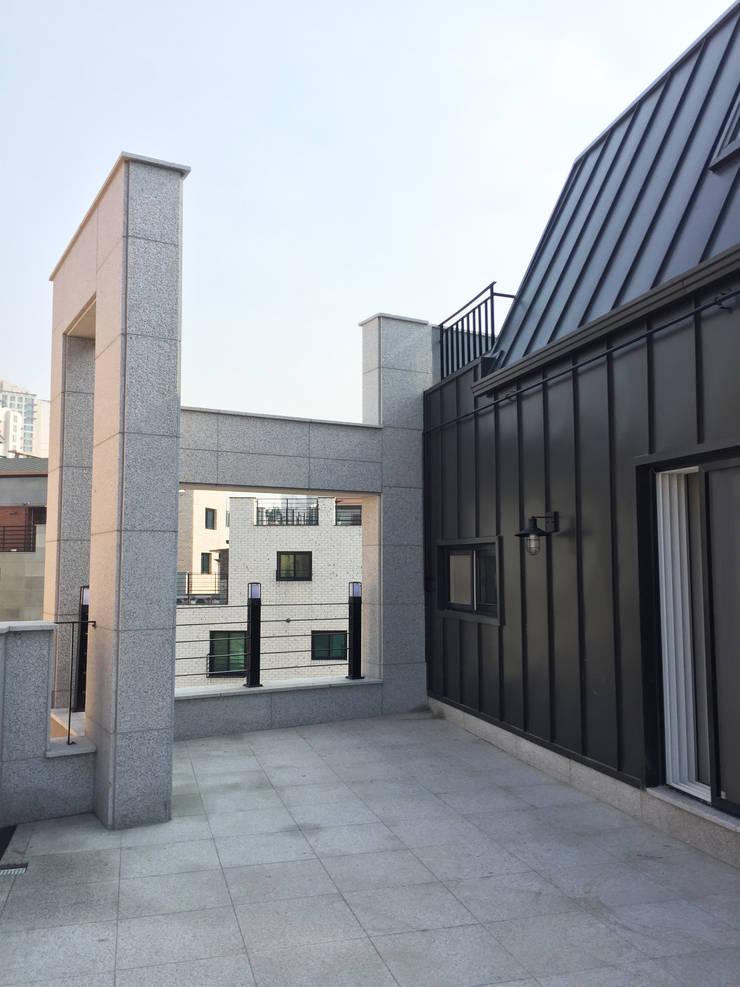 4층 테라스 부분 컷2: 라움플랜 건축사사무소의  베란다