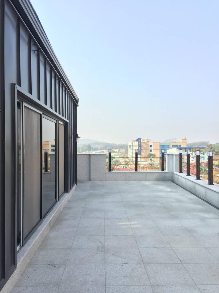 4층 테라스 전경: 라움플랜 건축사사무소의  베란다
