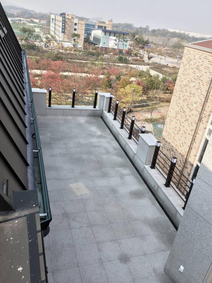 4층 테라스 전경 2: 라움플랜 건축사사무소의  베란다