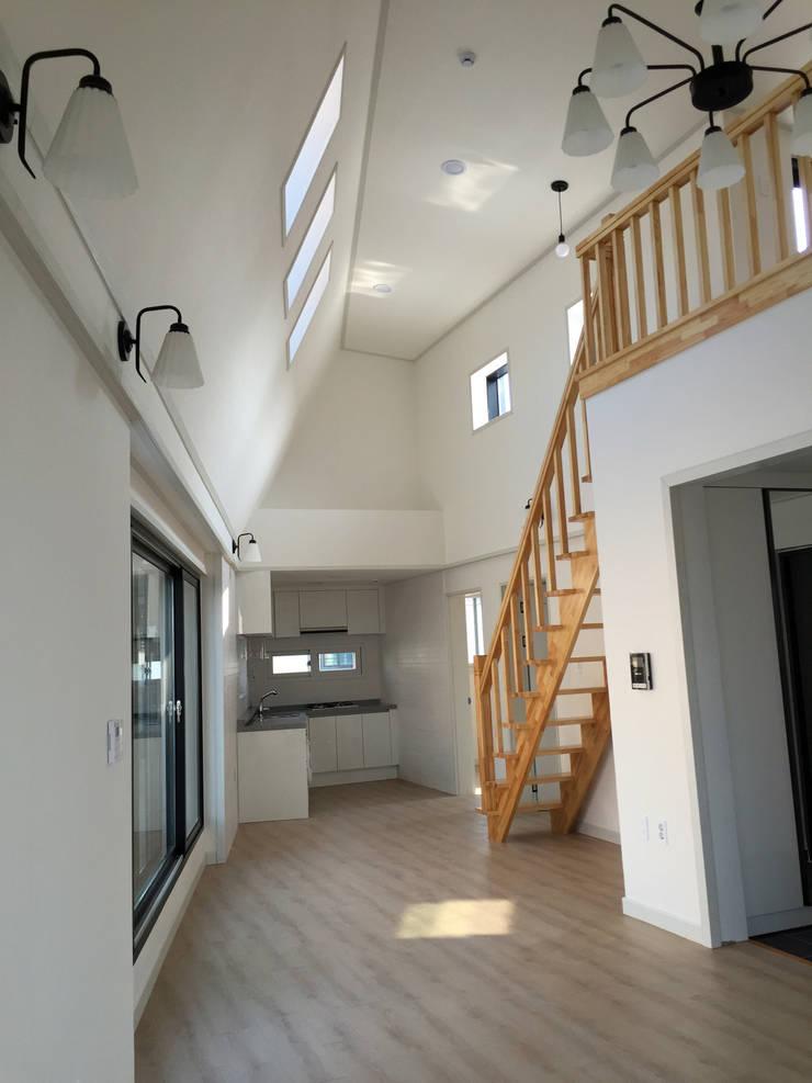 4층 내부1: 라움플랜 건축사사무소의  거실