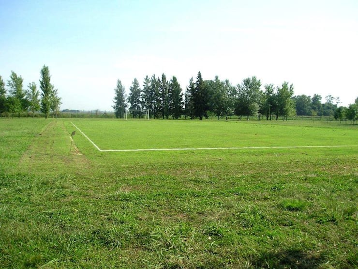 Cancha de Fútbol Kretz S.A: Jardines de estilo  por Dhena CONSTRUCCION DE JARDINES