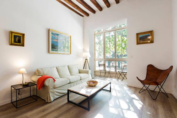 Apartamento AT Centro Palma: Salones de estilo moderno de ISLABAU constructora