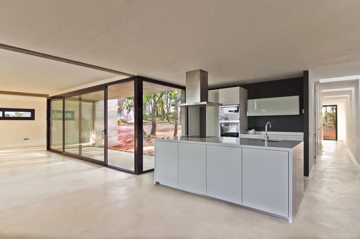 Vista general de la cocina: Cocinas de estilo  de Comas-Pont Arquitectes slp