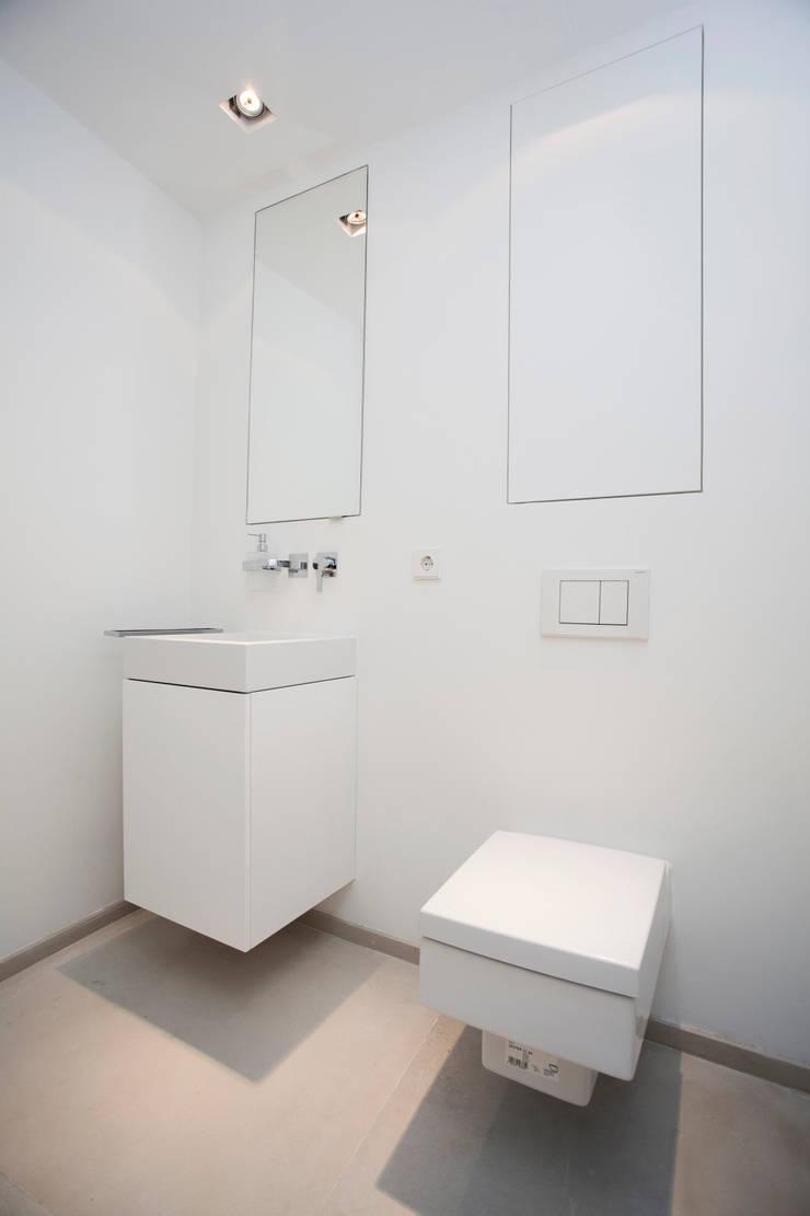 Ванные комнаты в . Автор – ISLABAU constructora, Минимализм