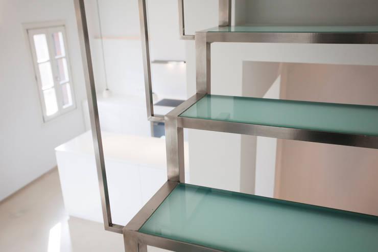 Pasillos y vestíbulos de estilo  por ISLABAU constructora