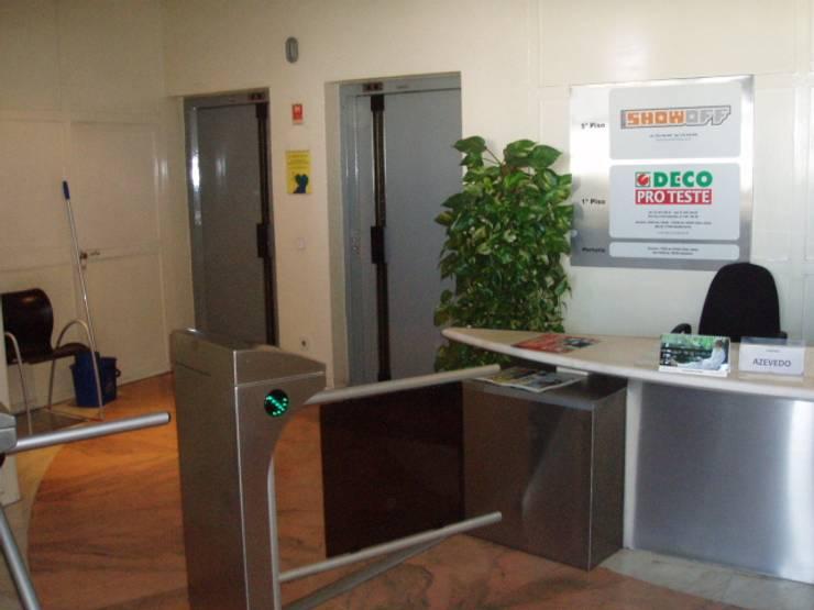 Hall de entrada - ANTES:   por Critério Arquitectos by Canteiro de Sousa