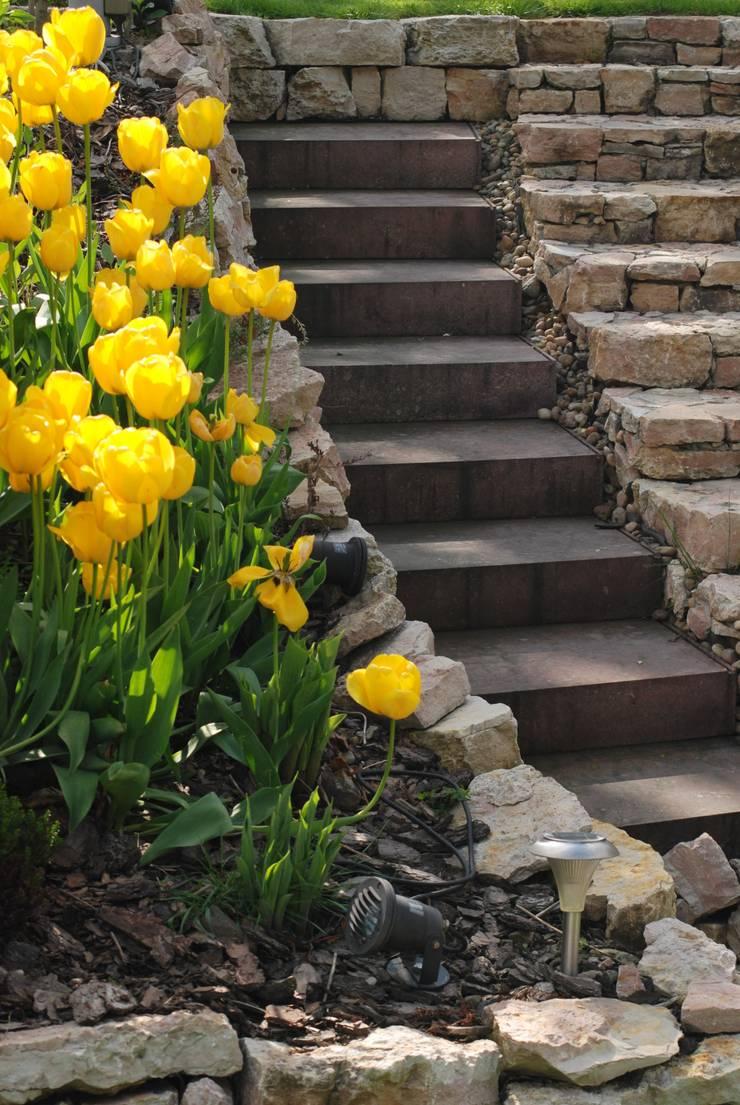 Ogród z altaną: styl , w kategorii Ogród zaprojektowany przez Pracownia Projektowa Architektury Krajobrazu Januszówka,Nowoczesny Drewno O efekcie drewna