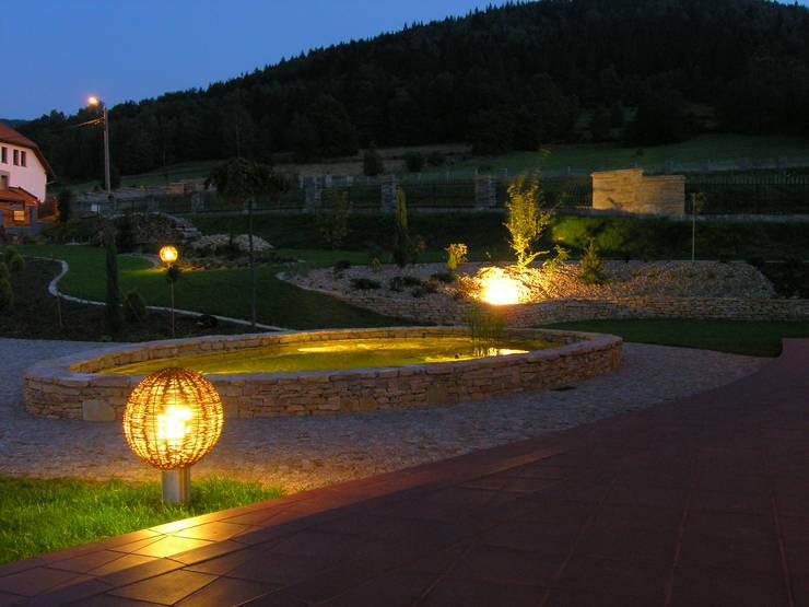 Ogród z altaną: styl , w kategorii Ogród zaprojektowany przez Pracownia Projektowa Architektury Krajobrazu Januszówka