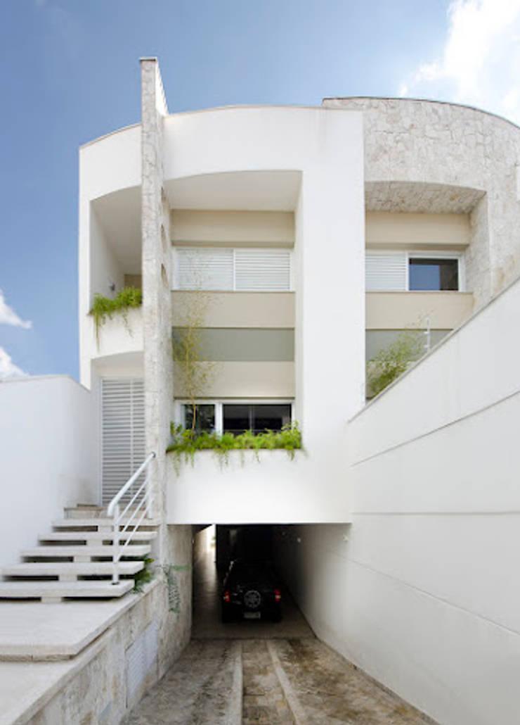 Lote estreito casa espaçosa.: Casas  por Magno Moreira Arquitetura