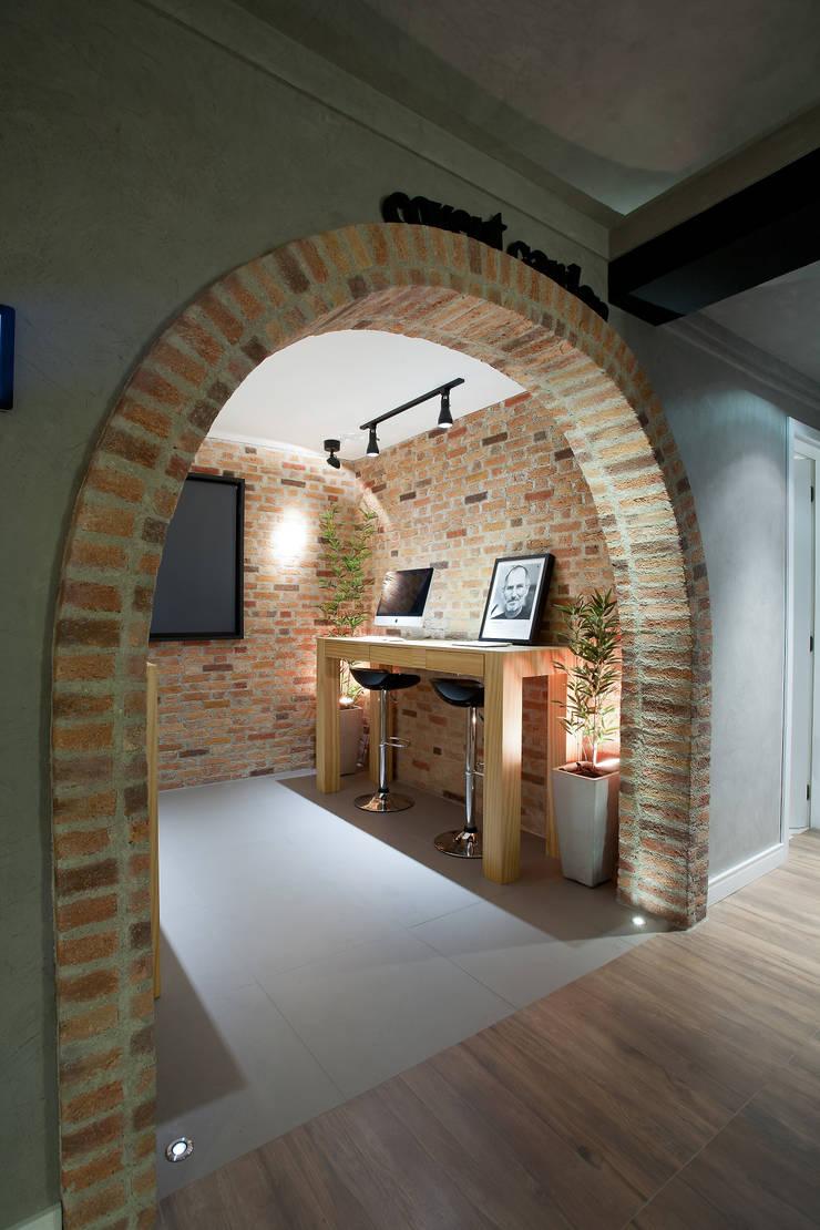 RESIDÊNCIA STEVAN: Escritórios  por felipe torelli arquitetura e design
