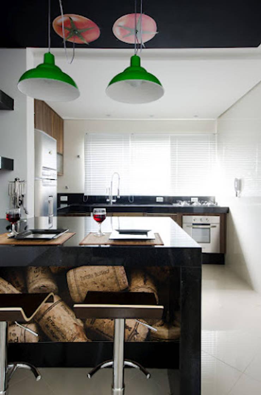 Lote estreito casa espaçosa.: Cozinhas  por Magno Moreira Arquitetura