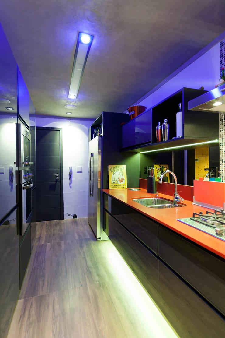 RESIDÊNCIA STEVAN: Cozinhas modernas por felipe torelli arquitetura e design