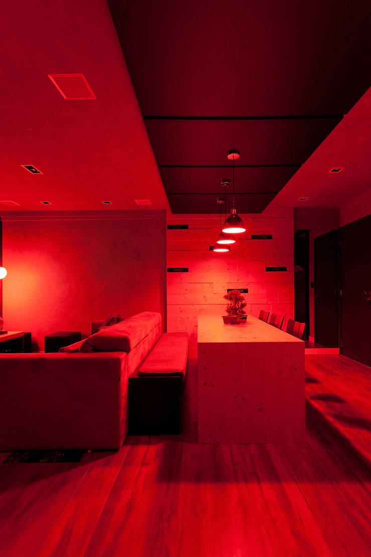 RESIDÊNCIA STEVAN: Salas de estar modernas por felipe torelli arquitetura e design
