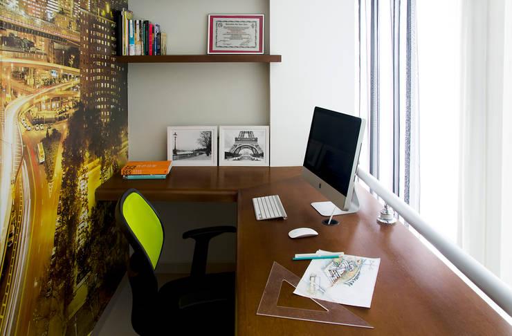 Lote estreito casa espaçosa.: Escritórios  por Magno Moreira Arquitetura