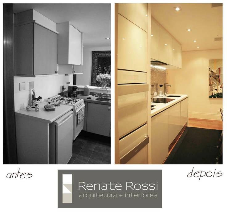 Cozinha americana com coluna de eletros:   por Renate Rossi Arquitetura + Interiores,