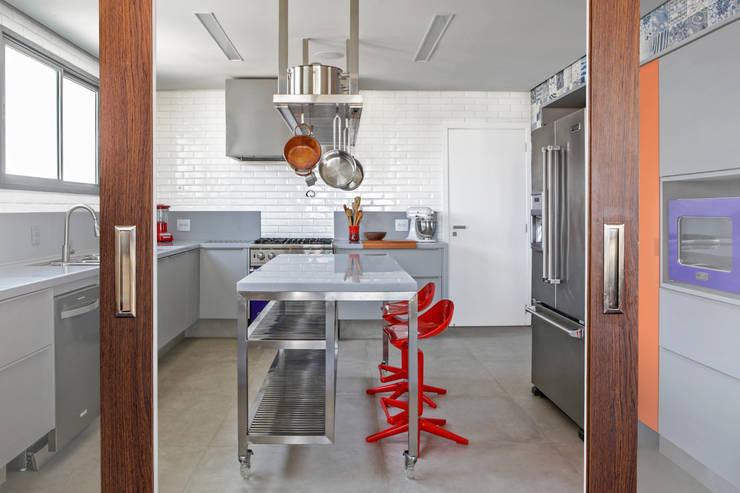 Residência Roverato: Cozinhas  por felipe torelli arquitetura e design,Moderno Sintético Castanho