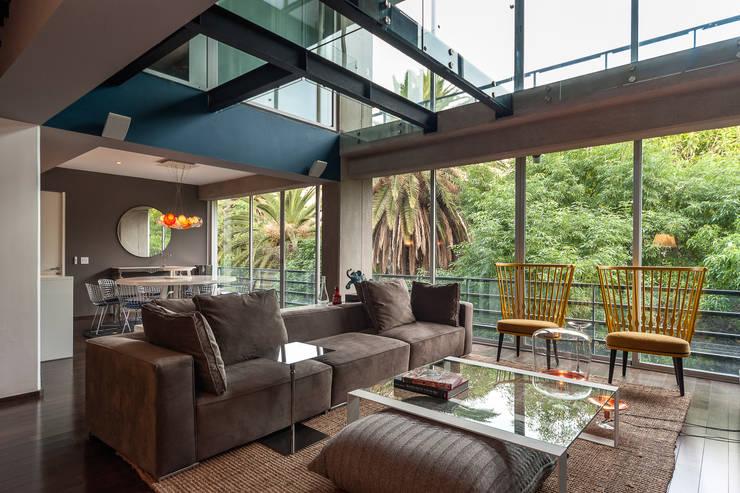 Salas / recibidores de estilo  por MAAD arquitectura y diseño