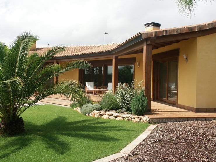Casas de estilo  por RIBA MASSANELL S.L.