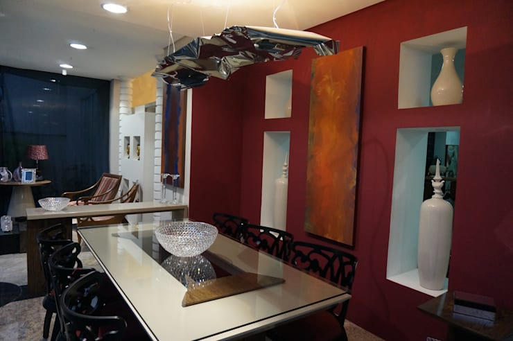 Vitrine Moderna Contemporânea – Loja: Sala de jantar  por Sgabello Interiores