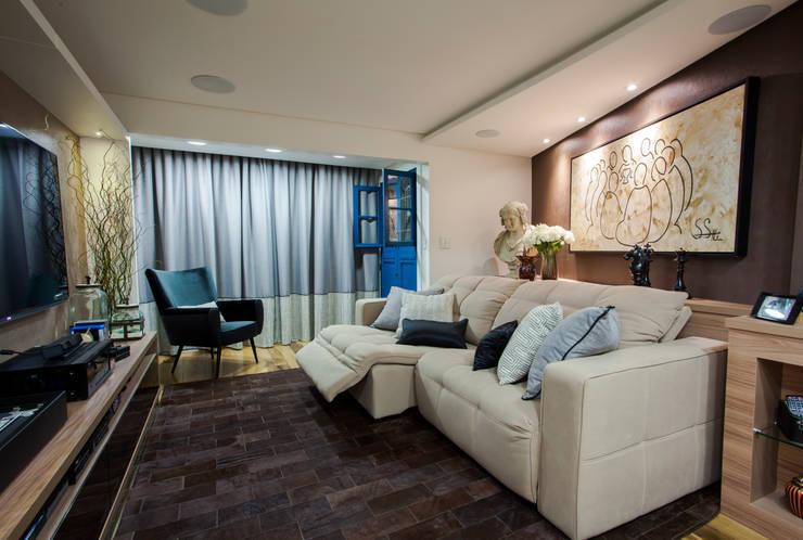 Sala de Cinema apto em Balneário Camboriú: Salas multimídia  por Estúdio HL - Arquitetura e Interiores