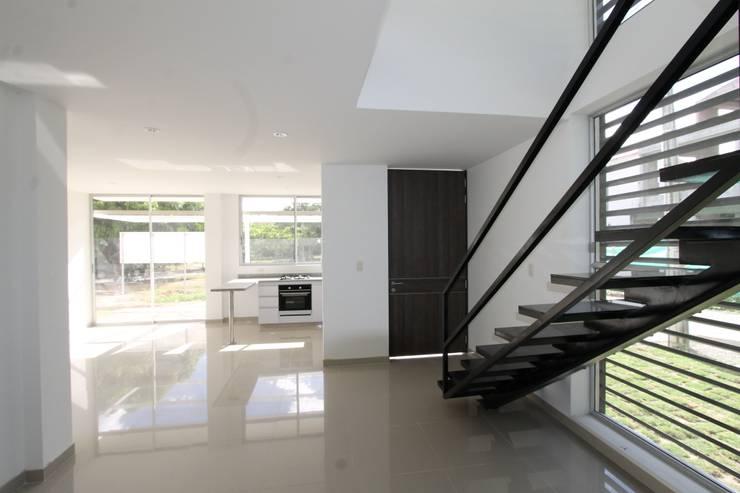 Escalera: Pasillos y vestíbulos de estilo  por Alzatto Arquitectos, Moderno