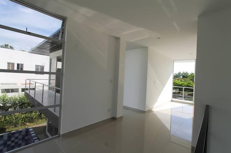Residencial Campestre: Pasillos y vestíbulos de estilo  por Alzatto Arquitectos, Moderno