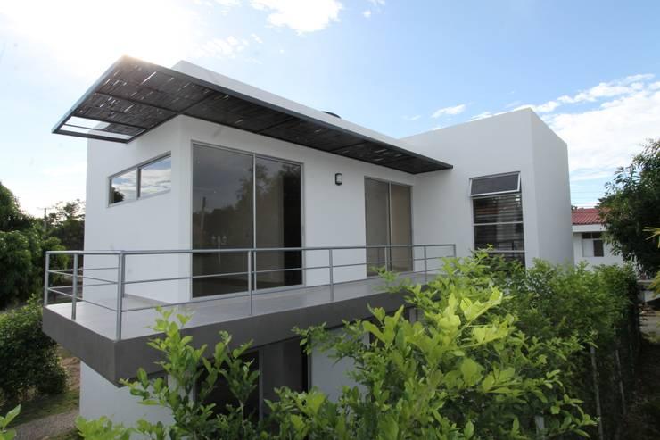 Casas de estilo  por Alzatto Arquitectos