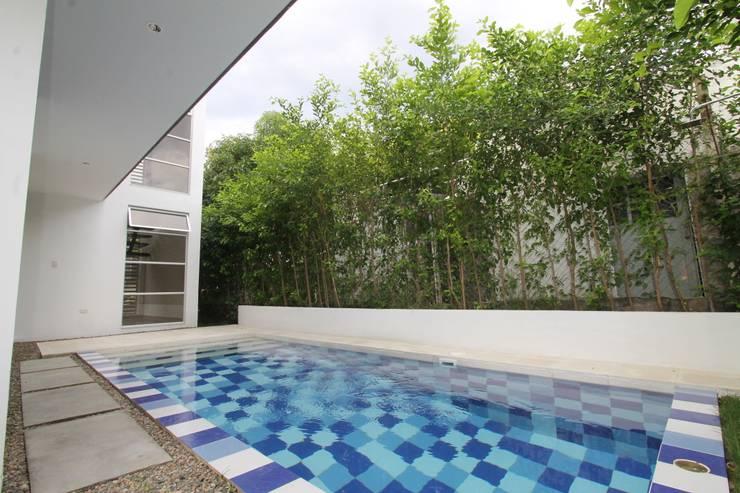 Piscinas de estilo  por Alzatto Arquitectos