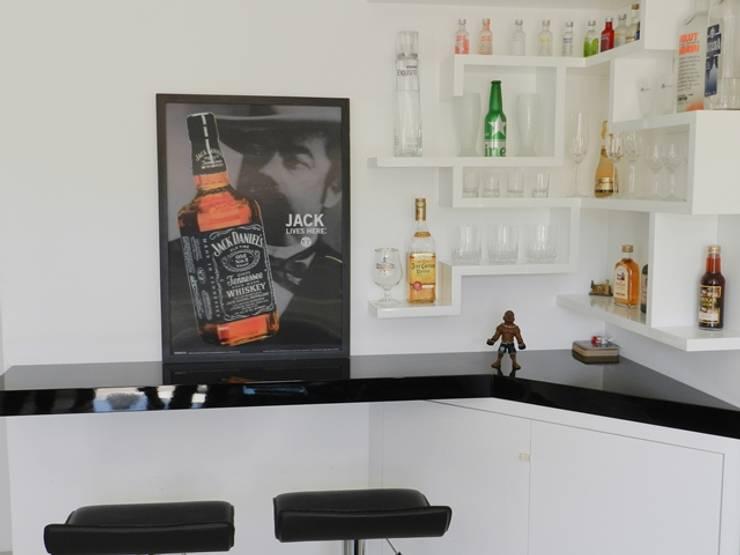 bar: Adegas  por ANE DE CONTO  arq. + interiores,