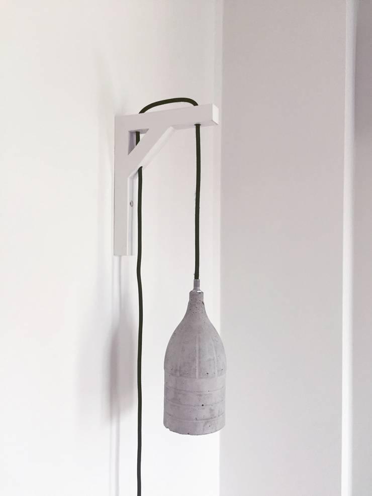 Beton & Handgemaakt Lamp Douwe met wandhouder : modern  door byCoco Designstudio, Modern