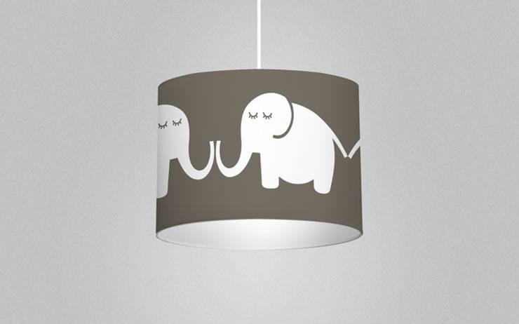 Leuchte Elephants, for him:  Kinderzimmer von Designstudio DecorPlay