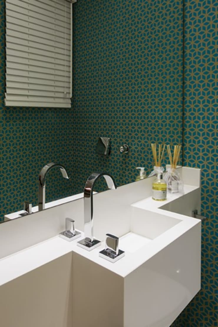 Apartamento de Veraneio : Banheiros modernos por Sieli Haynosz / Arquitetura + Interiores