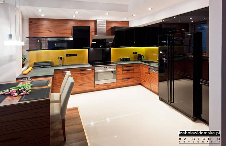 KUCHNIA CZARNO-ZŁOTA: styl , w kategorii Kuchnia zaprojektowany przez Izabela Widomska Interiors