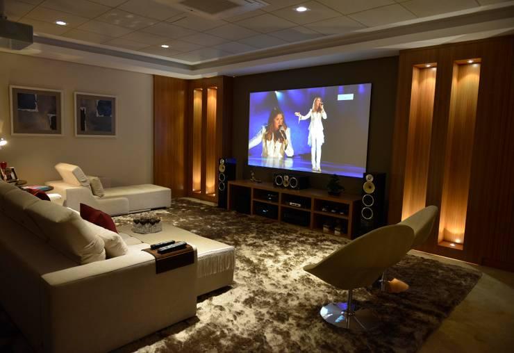 Casa Represa: Salas multimídia  por Belisa Corral - Arquitetura & Interiores
