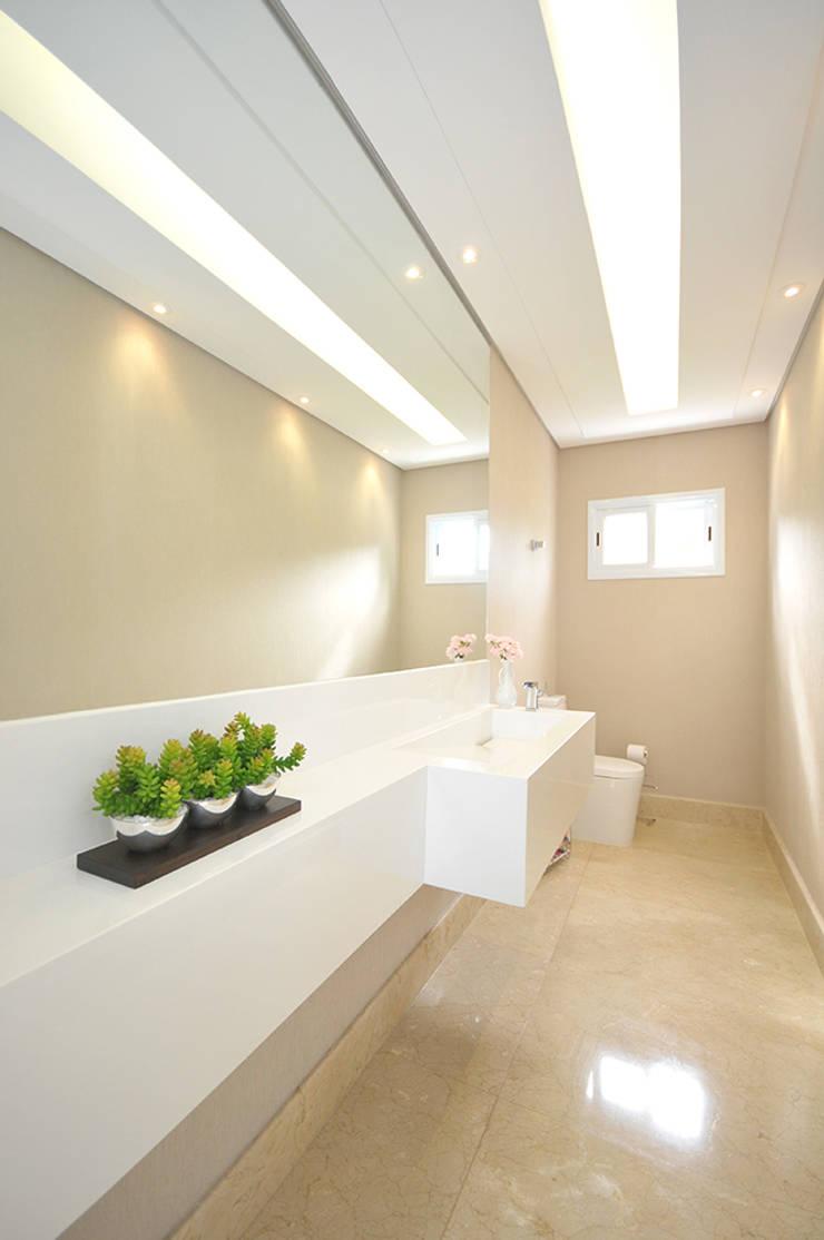 Casa Represa: Banheiros  por Belisa Corral - Arquitetura & Interiores