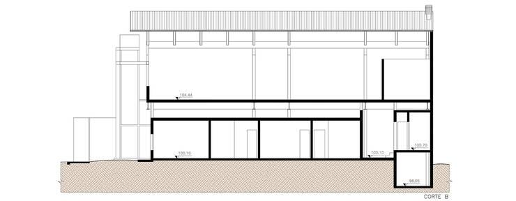 Corte: Locais de eventos  por Douglas Piccolo Arquitetura e Planejamento Visual LTDA.
